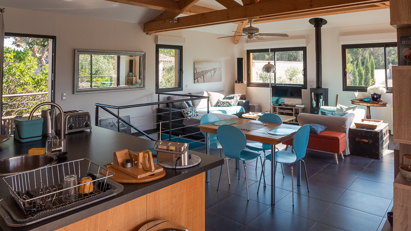 Villa Casasou : salon et cuisine américaine